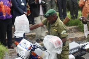 Un éco-garde abord d'une moto un don de DFID à travers l'UNOPS
