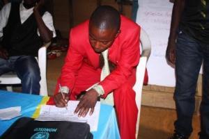 Le chef de groupement de Bakondjo entrain de signe l'acte d'engagement