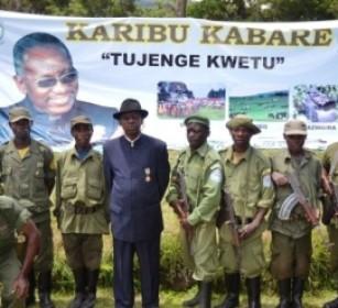 Une Photo du Mwami KABARE et Les écogardes au QG du PNKB
