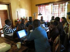 Les  participants discutent sur le manuel