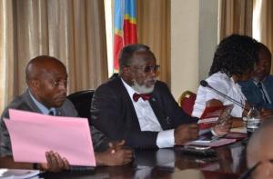 Le Gouverneur de la province  a  sa  gauche madame le ministre provincial de l'environnement