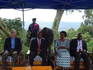 son excellence  Monsieur l'ambassadeur assis a cote de son excellence Monsieur le vice gouverneur et du ministre provincial en charge de l'environnement