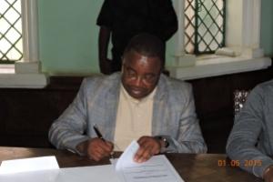 Le  Pasteur Dr. Cosma WILUNGULA signe le protocole d'accord entre ICCN et CRSN