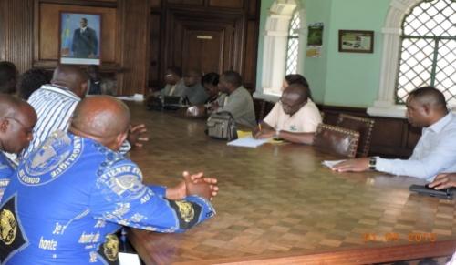 La délégation au tour d'une d'une table a lwiro